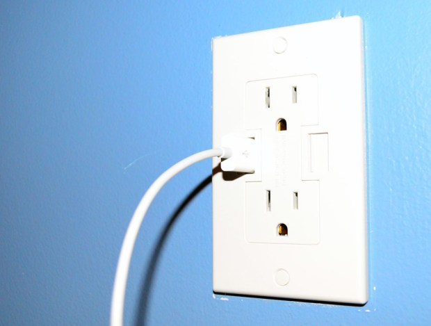 Power2U USB Wall Outlet Review - USB Port