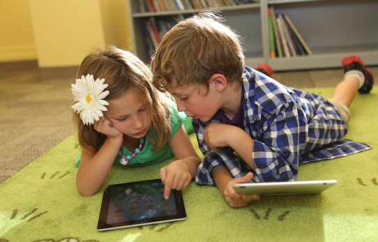 kids using ipads in ischool