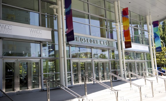 Apple prepares the Moscone center for WWDC 2013 to talk about IOS 7 and OS X.