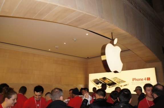 Apple wants you to buy your new iPhone at an Apple Store, not at Verizon, AT&T or Best Buy.