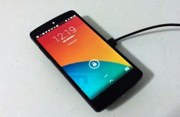 The Nexus wireless charger works on the Nexus 5, Nexus 4 and Nexus 7 (2013).