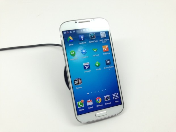 Samsung-Galaxy-S4-wireless-charger-review-1