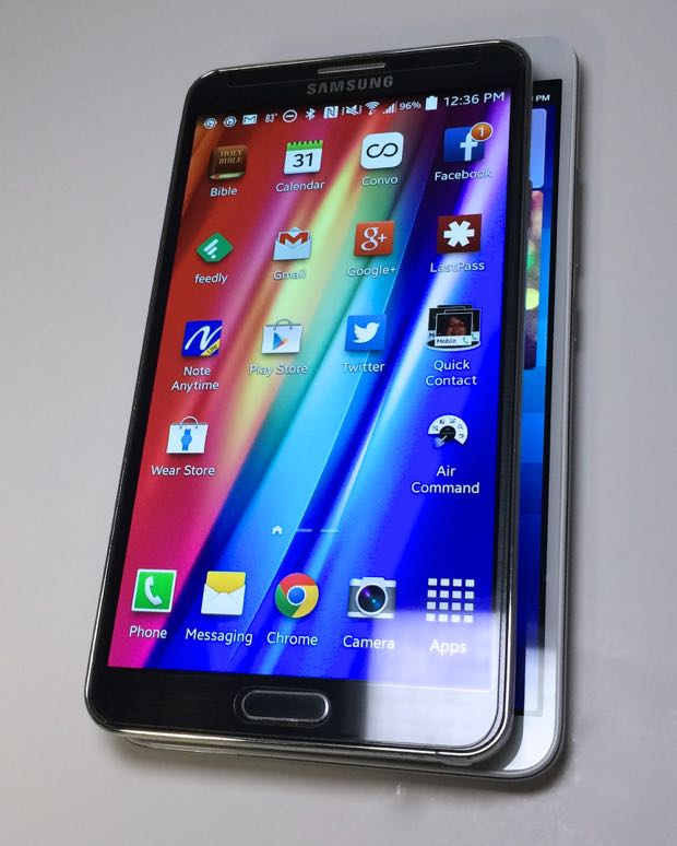 samsung galaxy note 3 on top of the huawei ascend mate2 4g