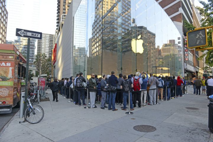 What buyers need to know about the iPhone 6s release date plans at Apple Stores. robert cicchetti / Shutterstock.com
