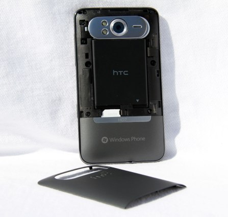 HTC_HD7_Back_Cover_off_2