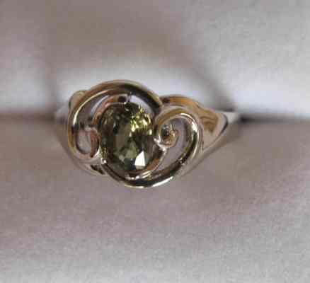 exclusieve witgouden ring met groene saffier 100web