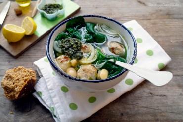 Suppe mit Fleischloesschen, Spinat und Bohnen #rezept #gourmetguerilla