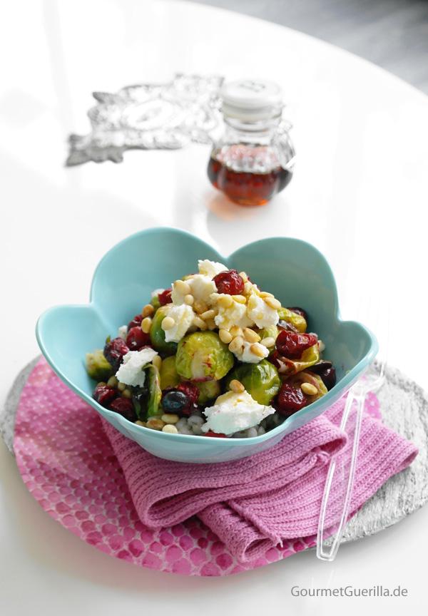 eine internationale aroma bombe warmer salat mit ger stetem rosenkohl cranberries und gerste. Black Bedroom Furniture Sets. Home Design Ideas