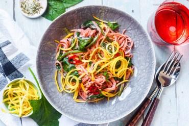 {One Pot} Cremige Pretty Pink Tahina Pasta mit Spinat und Zucchini |GourmetGuerilla.de
