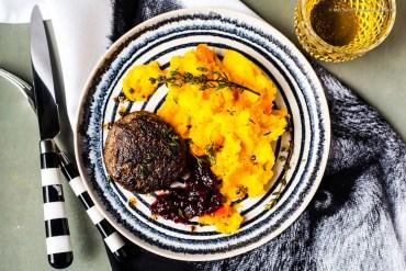 Wildschwein-Bulette mit Kartoffel-Kürbis-Stampf und Preiselbeeren  GourmetGuerilla.de