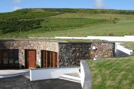 Oriel Gwyr is a holiday bungalow in Rhossili, Gower