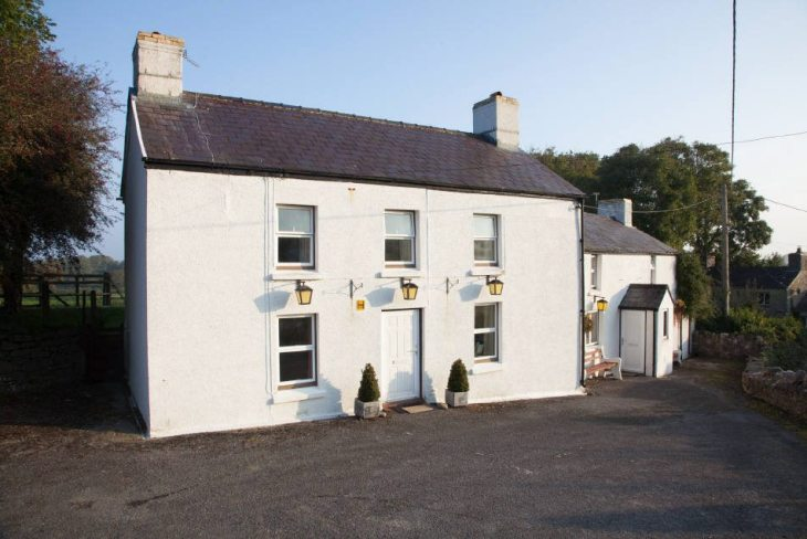 The Farmers Arms is a holiday property in Llanmadoc, Gower