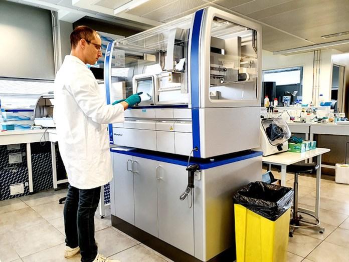 Un scientifique fait des recherches dans un laboratoire d'Eau de Paris