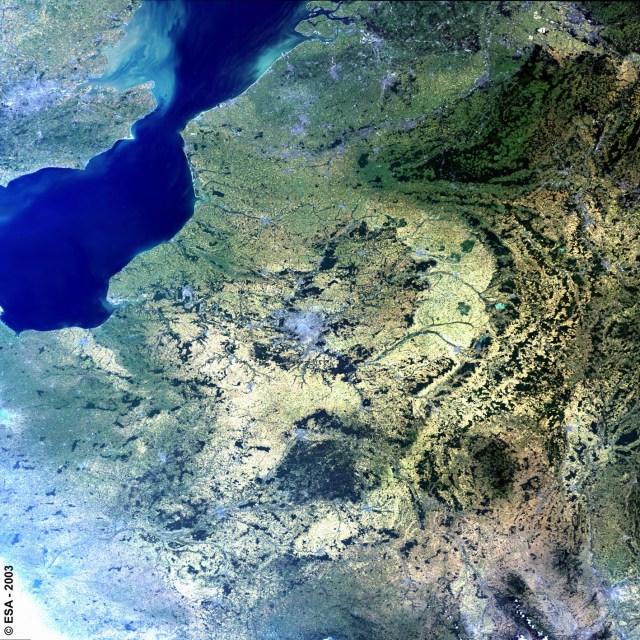 Vue de l'Ile de France, la Manche et Londres depuis le satellite Envisat en 2003.
