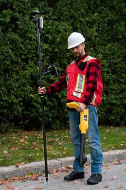 A worker using an Arrow receiver and vLoc from Vivax Metrotech. (Photo: Eos Positioning)