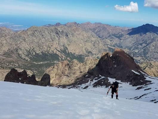 Montagne enneigée - GR20 mai - crampons et piolet