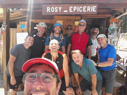 L'équipe de Marseillais à Vizzavona devant la petite épicerie juste à côté de la gare
