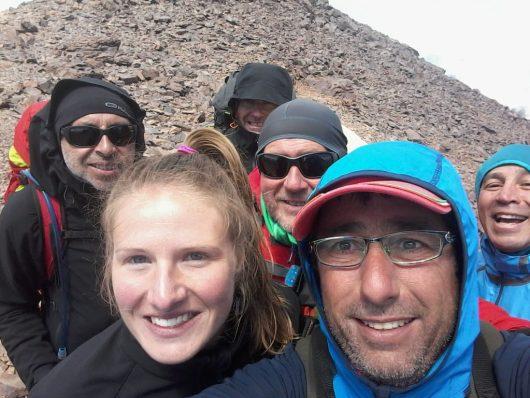 Photo avec une partie de l'équipe après avoir franchi le point culminant du GR20 à la pointe des Eboulis à 2607 mètres.