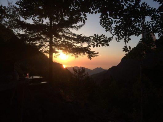 Coucher de soleil depuis la terrasse du refuge