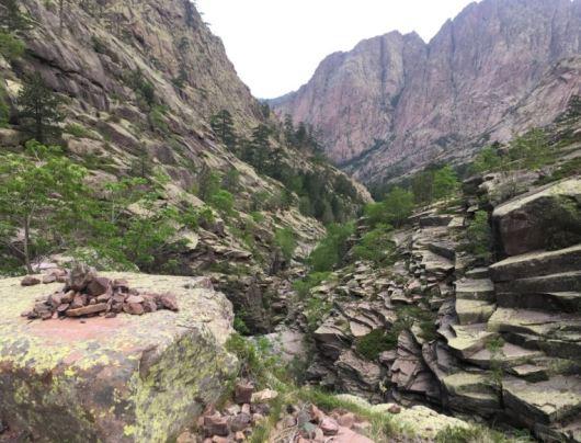 velmi skalnatý terén