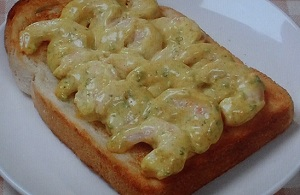 金の食パンの海老マヨカレーのせトースト
