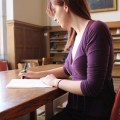 勉強、本を読む女性