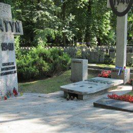 Powazki wojskowe. krzyz Katyn