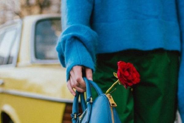 синият пуловер