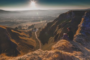 Photographing the sunrise from Winnats Pass in the Peak District