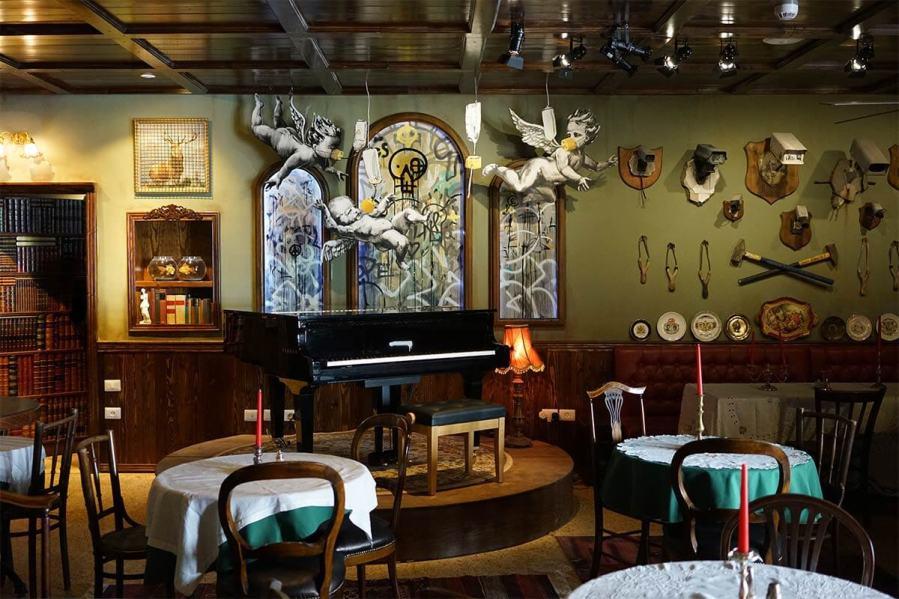 Banksy, Walled Off Hotel, Piano Bar, Bethlehem