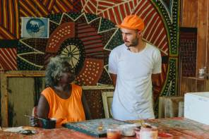 The-Wanderers-episode-Street-Artist -Elliott Routledge_ELLIOTT ROUTLEDGE learning about painting tecniques from an artist at Munupi Arts Centre in Pirlangimpi_credit Callie Marshall__I7A3411