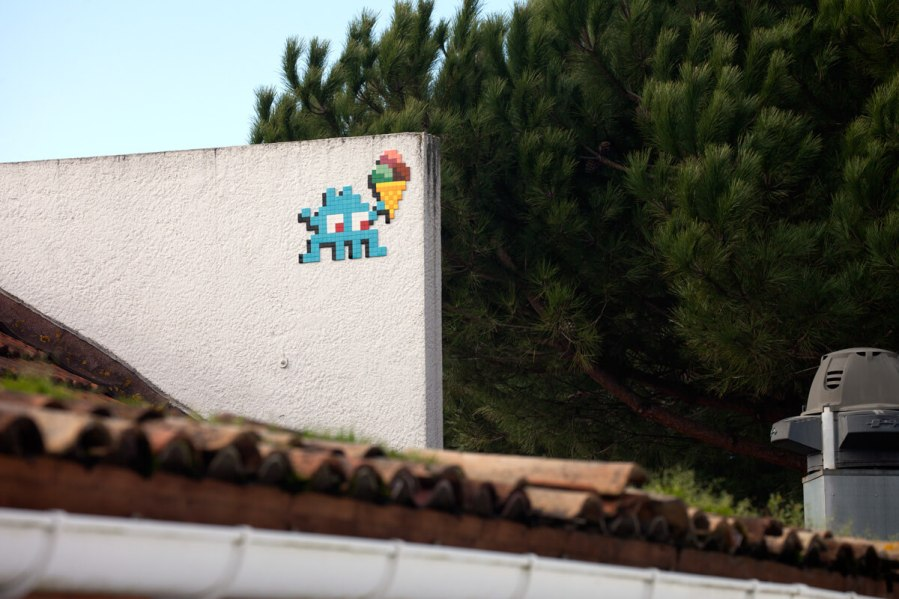 Space Invader, Cap-Ferret, France 2018. Photo credit Invader
