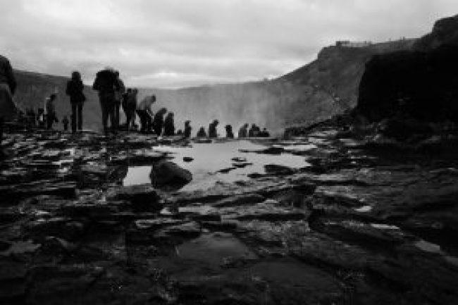 Island, gulfoss, wasserfall, waterfall, schwarz weiss, black white, photography, photo, foto, fotografie, free stock images, kostenlose fotos, lizenzfreie fotos, online, web, outdoor, wandern, sightseeing, menschen, touristen, tourismus
