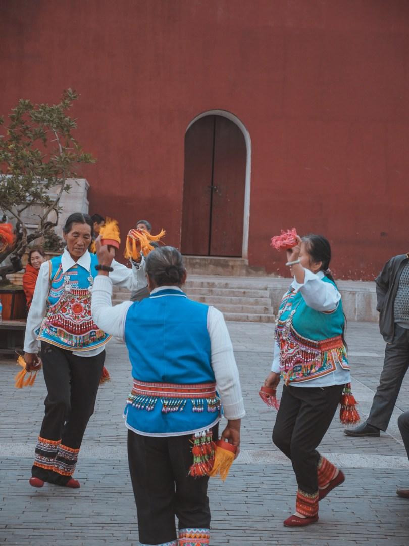 Les danseuses traditionnelles au pied de la porte Chaoyang de Jianshui