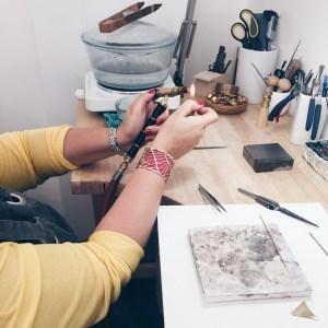 Apprendre à fabriquer un bijou avec un artisan