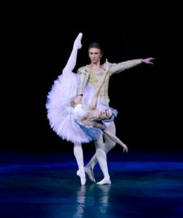 Daria-Klimentova-with-Vadim-Muntagirov-in-Swan-Lake