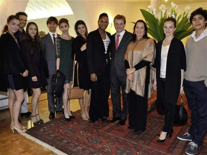British Ambassador Lindsay Croisdale-Appleby and his wife with Fernando Montaño (centre), Joan Sebastian Zamora (right) and members of the Royal Ballet and English National Ballet - photo www.eltiempo.com