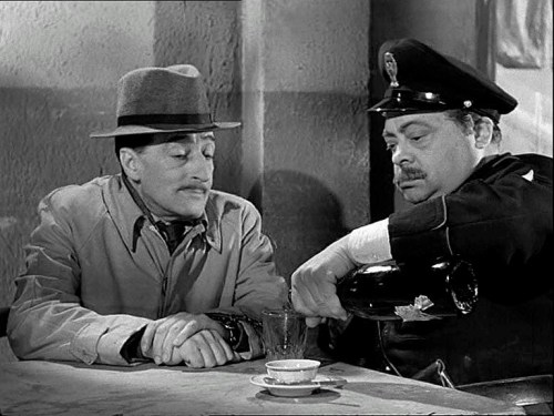 Aldo Fabrizi with Totò in a scene from 'Guardie e ladri', 1951