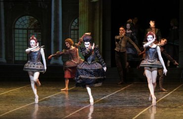 Mauro Bigonzetti's 'outlining of the head' move - photo Teatro alla Scala, Brescia-Armisano 2015