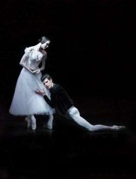 Viktorina Kapitonova with Roberto Bolle in Giselle - photo by Maria Helena Buckley