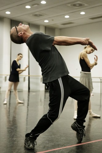 Mauro Bigonzetti rehearsing at La Scala - photo Brescia e Amisano