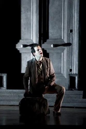 Luca Pisaroni as Leporello in Don Giovanni at Glyndebourne photo by Bill Cooper 2