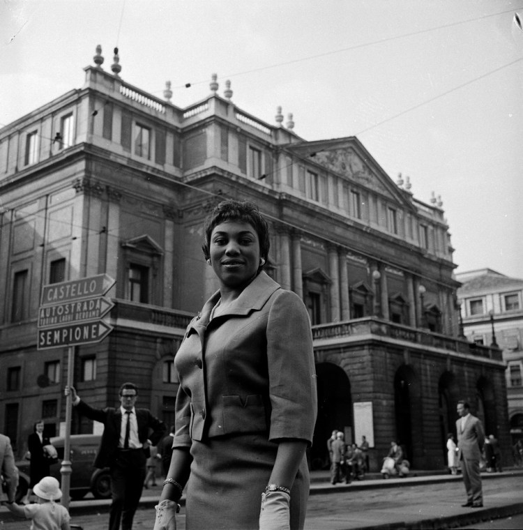 Leontyne Price in front of La Scala when she made her house debut in 1960
