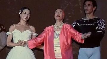 1366716401Alicia Alonso insotita de dansatorii la sfarsitul spectacolului cu Giselle