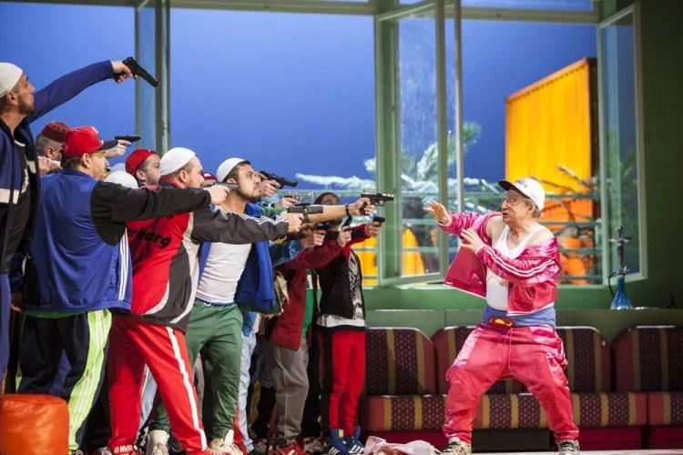 L'italiana in Algeri 2018, José Coca Loza (Haly), Alessandro Corbelli (Taddeo), Peter Kálmán (Mustafà), Ensemble © Salzburger Festspiele, Bernd Uhlig
