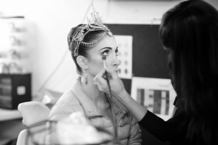 Yasmine Naghdi prepares for Gamzatti, photo by Dasa Wharton 12
