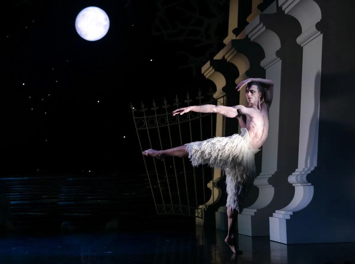 Matthew Ball in Matthew Bourne's Swan Lake, photo by Dasa Wharton, 2018 04