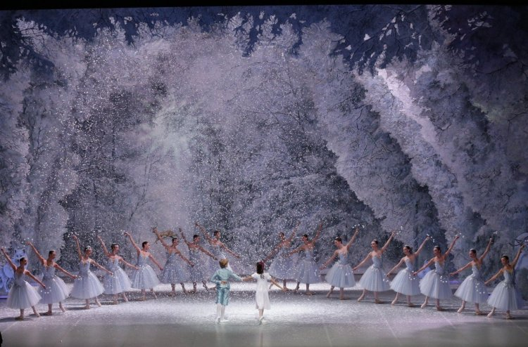 George Balanchine's The Nutcracker®, Act 1 snowscene, photo by Brescia e Amisano, Teatro alla Scala 2018 01