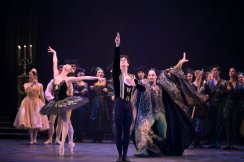Isaac Hernández and English National Ballet in Swan Lake © Laurent Liotardo