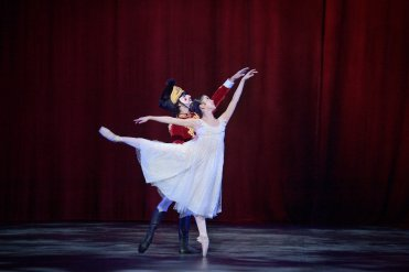Rina Kanehara and Fernando Carratala Coloma in ENB's Nutcracker © Laurent Liotardo